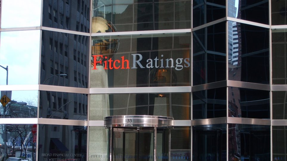 Με νέες υποβαθμίσεις «απειλεί» η Fitch