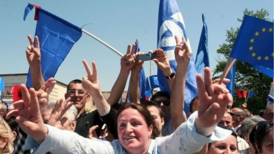 Ένα χρόνο μετά, η αλβανική αντιπολίτευση επιμένει...