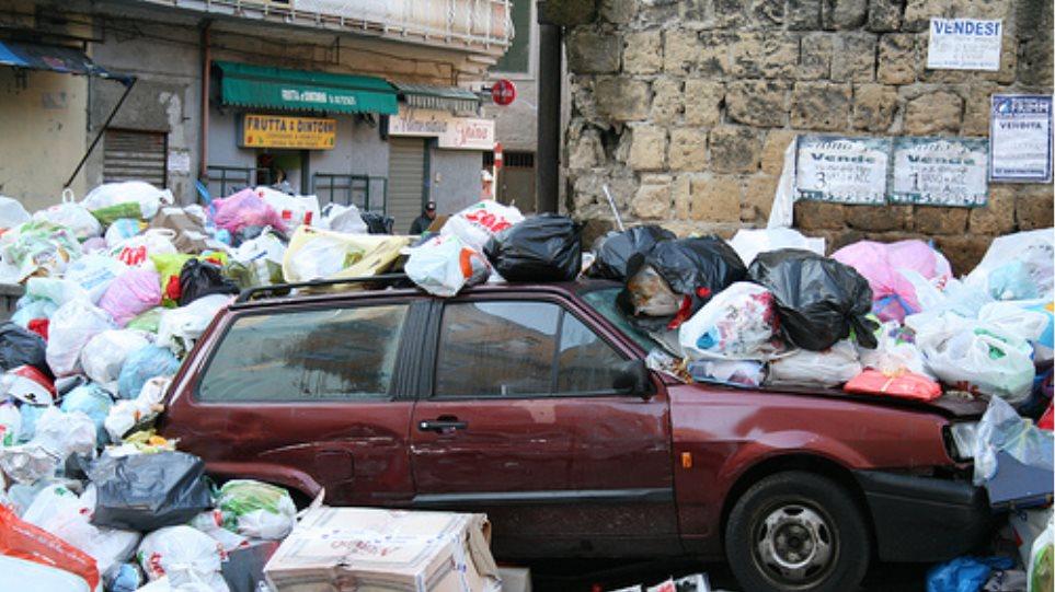 Μαίνεται ο «πόλεμος» των σκουπιδιών στη Νάπολη