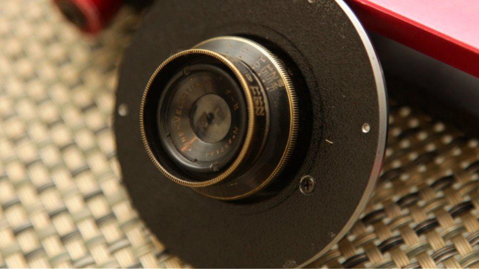 Φωτογραφικός φακός 102 χρόνων σε μια σύγχρονη 5D