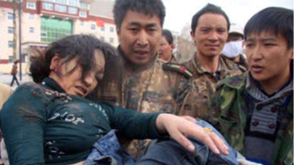 Μάχη με το χρόνο για επιζώντες στην Κίνα