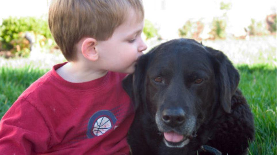 Γυμνάζονται τα παιδιά που έχουν σκύλο
