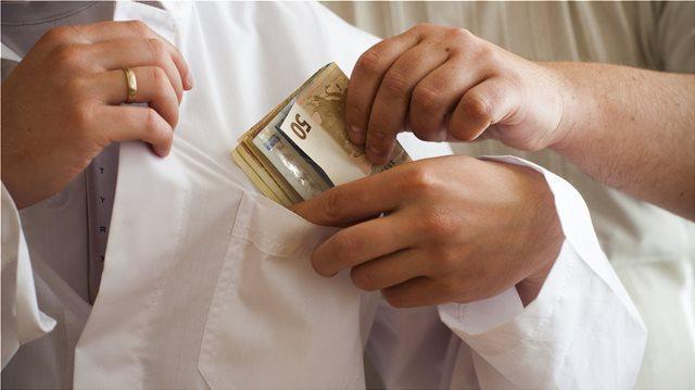Ηράκλειο: Φυλάκιση και πρόστιμο 5.000 ευρώ σε γιατρό για «φακελάκι»