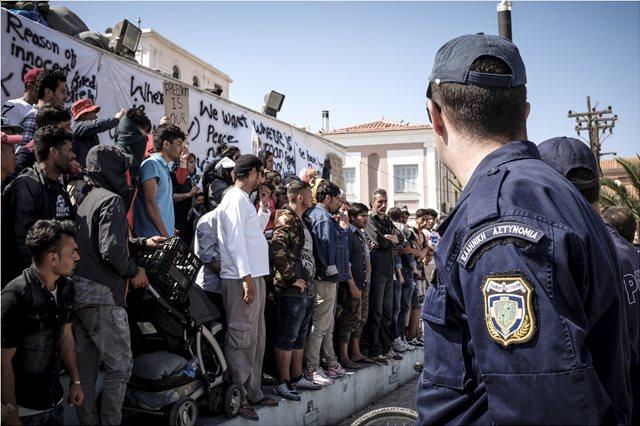 Έκρυθμη η κατάσταση στη Μυτιλήνη - Οι Κούρδοι εγκατέλειψαν τη Μόρια μετά τις βίαιες συμπλοκές με Άραβες