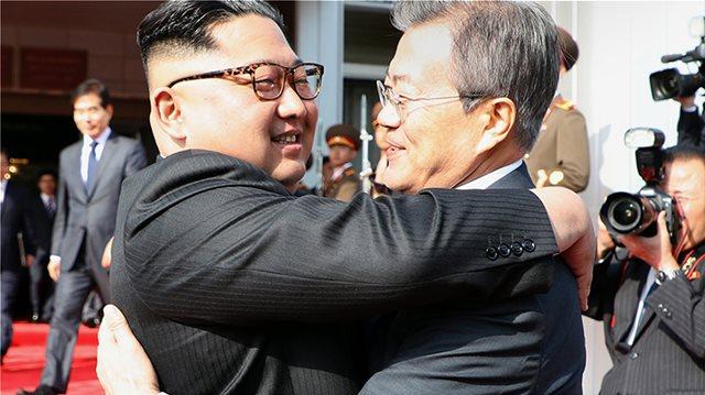 Ξαφνική συνάντηση Κιμ Γιονγκ Ουν και Μουν Τζε-ιν στα σύνορα Βόρειας και Νότιας Κορέας