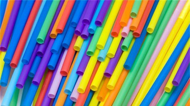 «Μπλόκο» σε πλαστικά μαχαιροπήρουνα, καλαμάκια και μπατονέτες βάζει η  Κομισιόν