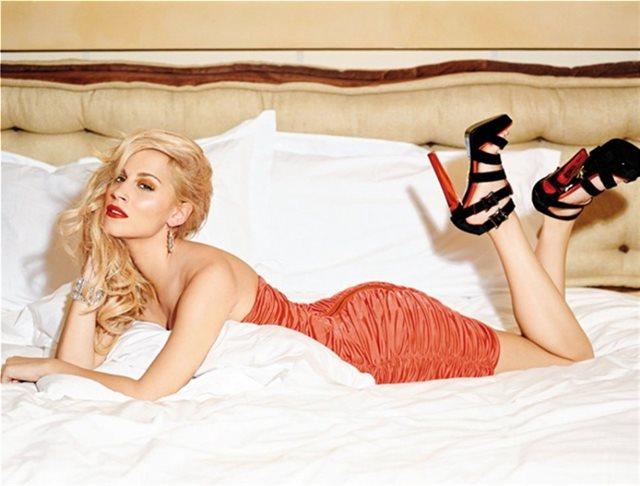 Γιόγκα στο κρεβάτι με τα εσώρουχα για τη Νάντια Μπουλέ