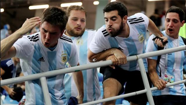 Βίντεο: Εφτυσαν κι έβριζαν τον Σαμπάολι οι οπαδοί της Αργεντινής!
