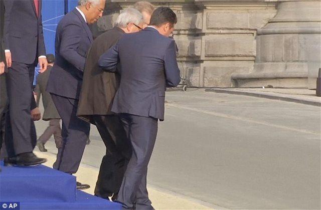 Ο Γιούνκερ τρεκλίζει στη Σύνοδο του ΝΑΤΟ και το twitter γλεντάει: Σερβίρουν «μπόμπες» στις Βρυξέλλες;