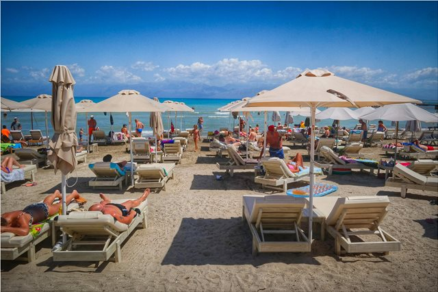 Οι κανόνες που πρέπει να τηρούνται στις παραλίες - Τι ισχύει για ξαπλώστρες και ομπρέλες