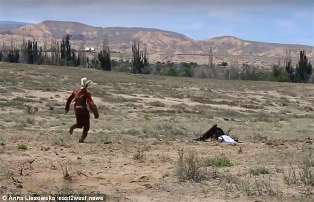 Massive eagle attacks a girl in shocking video! (video)