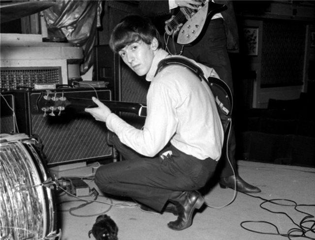 Στο «σφυρί» κιθάρα του «σκαθαριού» Τζορτζ Χάρισον από τις εμφανίσεις του στο Cavern Club