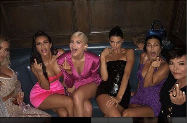Η Kylie Jenner έγινε 21 και το έκαψε- Οι άσεμνες χειρονομίες και το ξέφρενο γλέντι