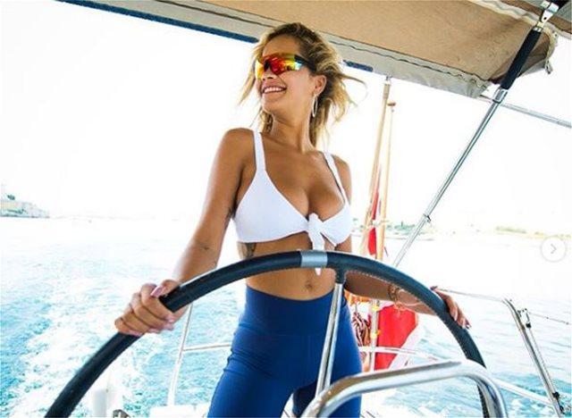 Rita Ora: Ποζάρει με μαγιό και κόβει την ανάσα!