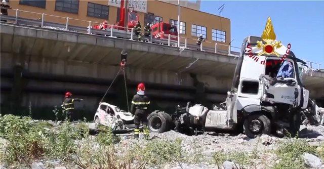 Βίντεο: Πάνω από 400 διασώστες επιχειρούν στη γέφυρα Μοράντι στη Γένοβα