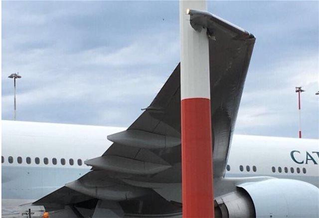 Ρώμη: Αεροσκάφος χτύπησε σε προβολέα του Φιουμιτσίνο - Καταστράφηκε το  δεξί φτερό του