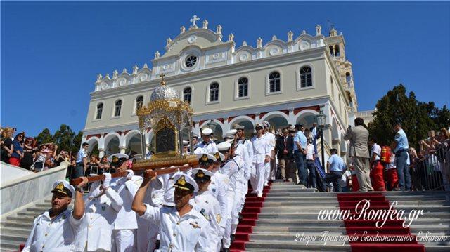 Τήνος: Χιλιάδες πιστοί ύψωσαν χέρια ικεσίας προς τη Μεγαλόχαρη