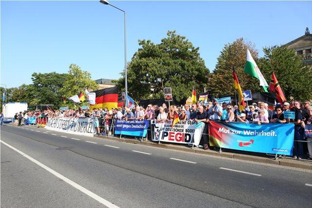 Δρέσδη: «Στα τσακίδια» φώναξαν ακροδεξιοί διαδηλωτές στη Μέρκελ