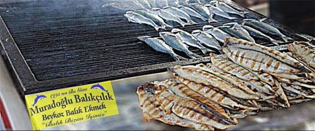 Κωνσταντινούπολη: Εστιατόριο δίνει δωρεάν σάντουιτς με ψάρι σε όποιον ανταλλάξει δολάρια με λίρες!