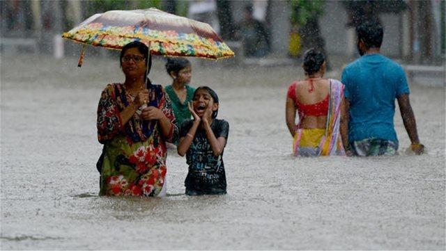 Σαρωτικές πλημμύρες στην Ινδία: Πάνω από 100 οι νεκροί