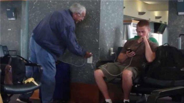 Έφτιαξαν αυτοκόλλητα - πρίζες για να τρολάρουν τους επιβάτες σε αεροδρόμια (pic & vids)