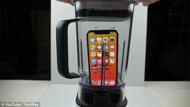 Αδιανόητο: Βάζει στο μπλέντερ ένα iPhoneX και μετά προσπαθεί να πιει το «χυμό»