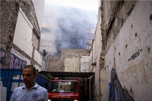 Πυρκαγιά στο Μοναστηράκι: Δέκα άτομα απεγκλωβίστηκαν από το κτήριο