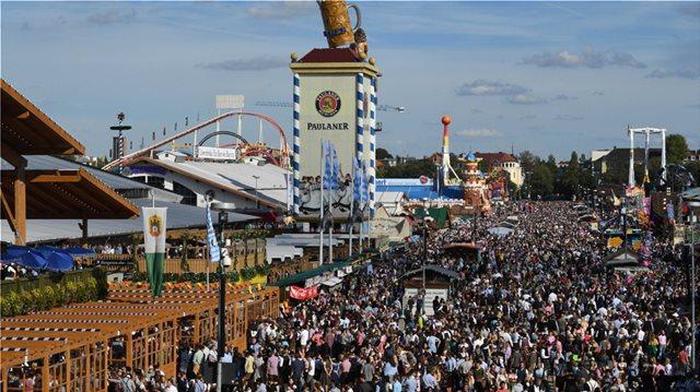 Φωτογραφίες: Ξεκίνησε το περίφημο Oktoberfest - «Πλημμύρισαν» μπύρα και λουκάνικα οι δρόμοι του Μονάχου