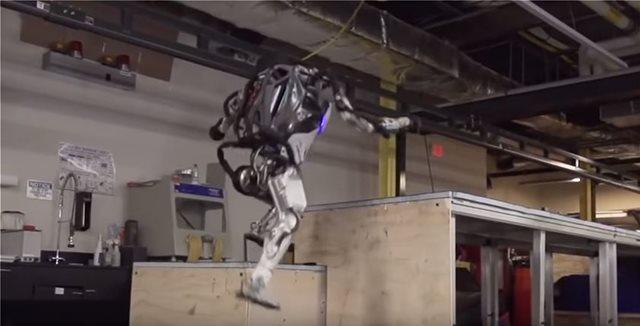 Το μέλλον είναι... τώρα! Ρομπότ τρέχουν, υπερπηδούν εμπόδια και ανοίγουν πόρτες σαν άνθρωποι