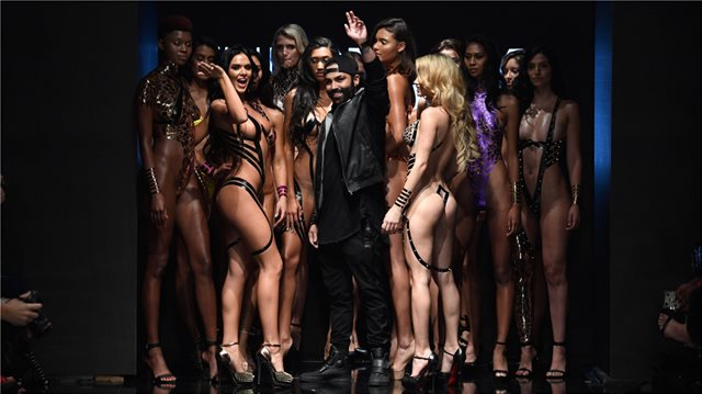 Los  Angeles Fashion Week: Τα μοντέλα περπάτησαν στην πασαρέλα φορώντας μόνο... κολλητική ταινία!