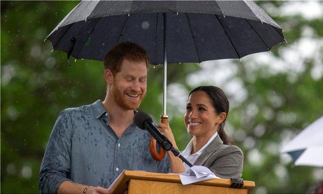 Η Μέγκαν κράτησε την ομπρέλα για να μην βρέχεται ο Χάρι