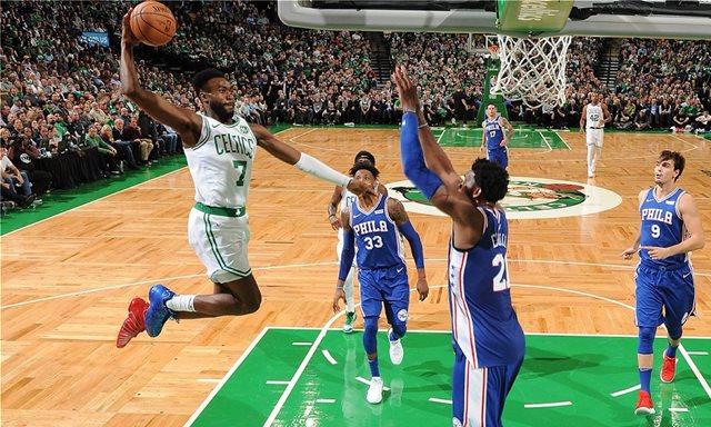 Οι Σέλτικς «πάτησαν» τους Σίξερς στην πρεμιέρα του NBA