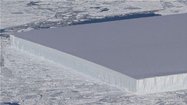 Πώς εξηγεί η NASA το μυστηριώδες παγόβουνο με το τέλειο ορθογώνιο σχήμα