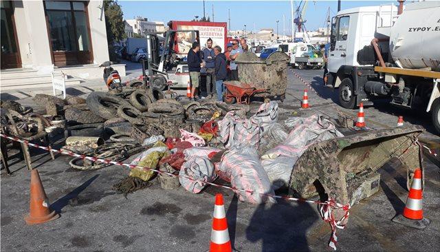 Εκτεταμένοι καθαρισμοί βυθού στην Σύρο - Έβγαλαν από τη θάλασσα μια «χωματερή»