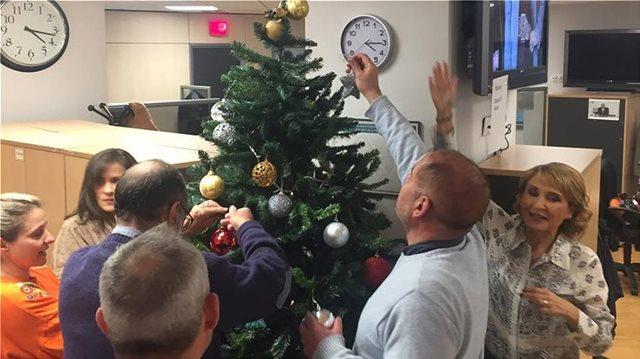 Οι εργαζόμενοι στο Star στόλισαν το Χριστουγεννιάτικο δέντρο τους