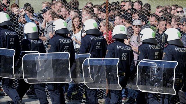 Μεγαλώνει το κύμα ρατσισμού στην Αυστρία: Να απαγορευτεί η βραδινή έξοδος στους αιτούντες άσυλο