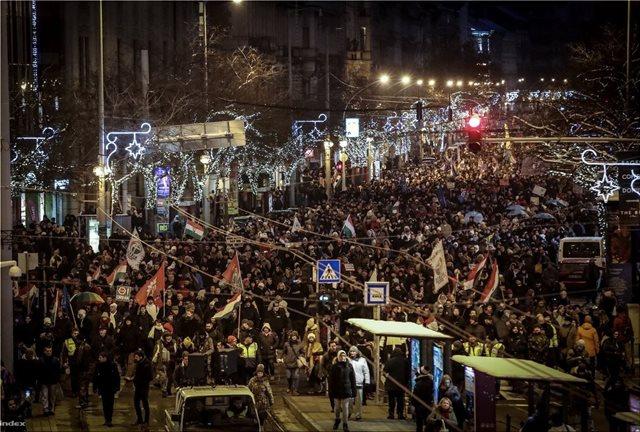 «Βράζει» η Ουγγαρία: Χιλιάδες πολίτες κατά του εργατικού νόμου που θεσπίζει ο Ορμπάν