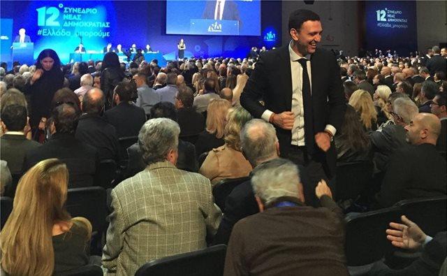 Συνέδριο ΝΔ: Ο Βασίλης Κικίλιας με τους απλούς συνέδρους στην ομιλία Μητσοτάκη