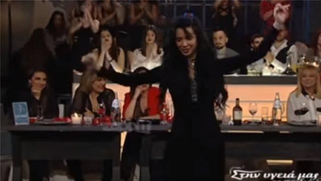 Η Πάολα έκανε τη σκηνή του «Στην υγειά μας» δική της με το λίκνισμά της (vid)