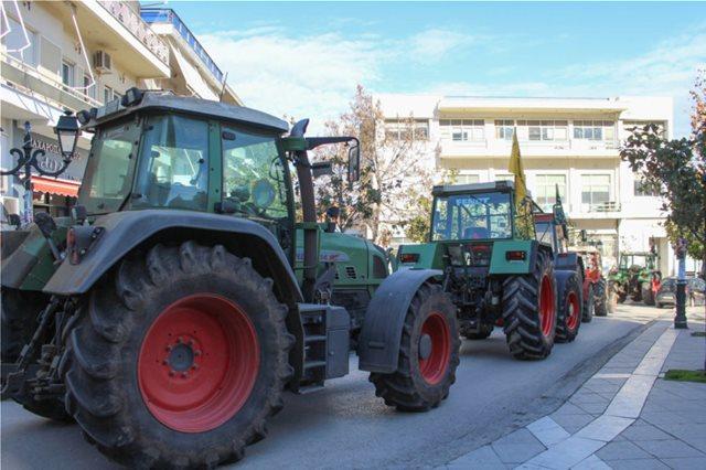 Κινητοποιήσεις αγροτών: Βγήκαν τα τρακτέρ σε Φάρσαλα και Πλατύκαμπο
