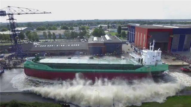 Πώς «πέφτουν» τα μεγάλα πλοία για πρώτη φορά στη θάλασσα