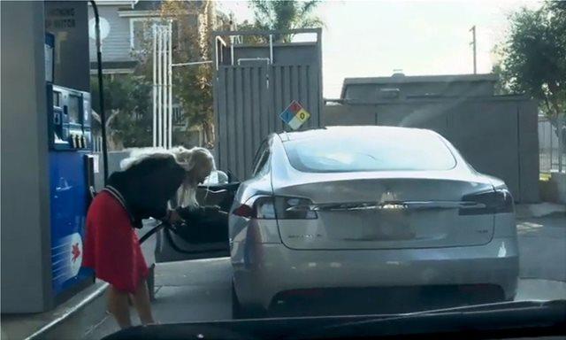 Απίστευτο Video: Προσπαθεί να γεμίσει το Tesla της με βενζίνη...