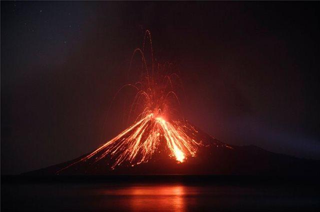 Ανάκ Κρακατόα: Το ηφαίστειο που προκάλεσε τον όλεθρο στην Ινδονησία