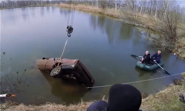 Ένα Lada μέσα σε λίμνη για έξι μήνες. Θα πάρει μπροστά; (Video)