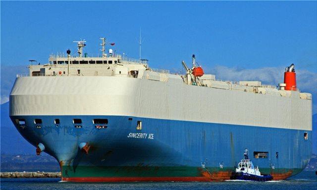 Ακυβέρνητο πλοίο με χιλιάδες αυτοκίνητα στα αμπάρια του...