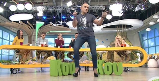 Ο Κρατερός Κατσούλης χόρεψε με 15ποντες γόβες και προκάλεσε τον Νίκο Μουτσινά
