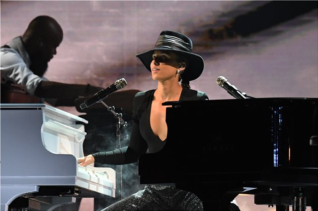 Grammy 2019: Η Alicia Keys παίζει σε δύο πιάνα και αποθεώνεται
