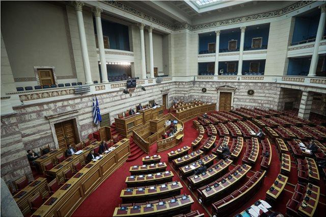 Βουλή: Συζητούν πάγωμα της διάταξης που προέβλεπε μείωση των μετακλητών υπαλλήλων