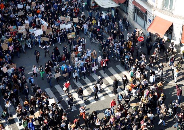 Παρίσι: Στους δρόμους οι μαθητές για το κλίμα - «Ζεστάνετε τις καρδιές, όχι τον πλανήτη»