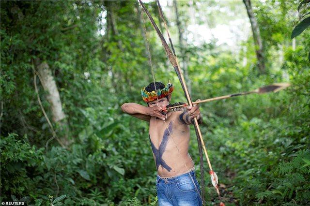 Βραζιλία: Οι ιθαγενείς ακονίζουν τα βέλη τους κατά του Μπολσονάρου